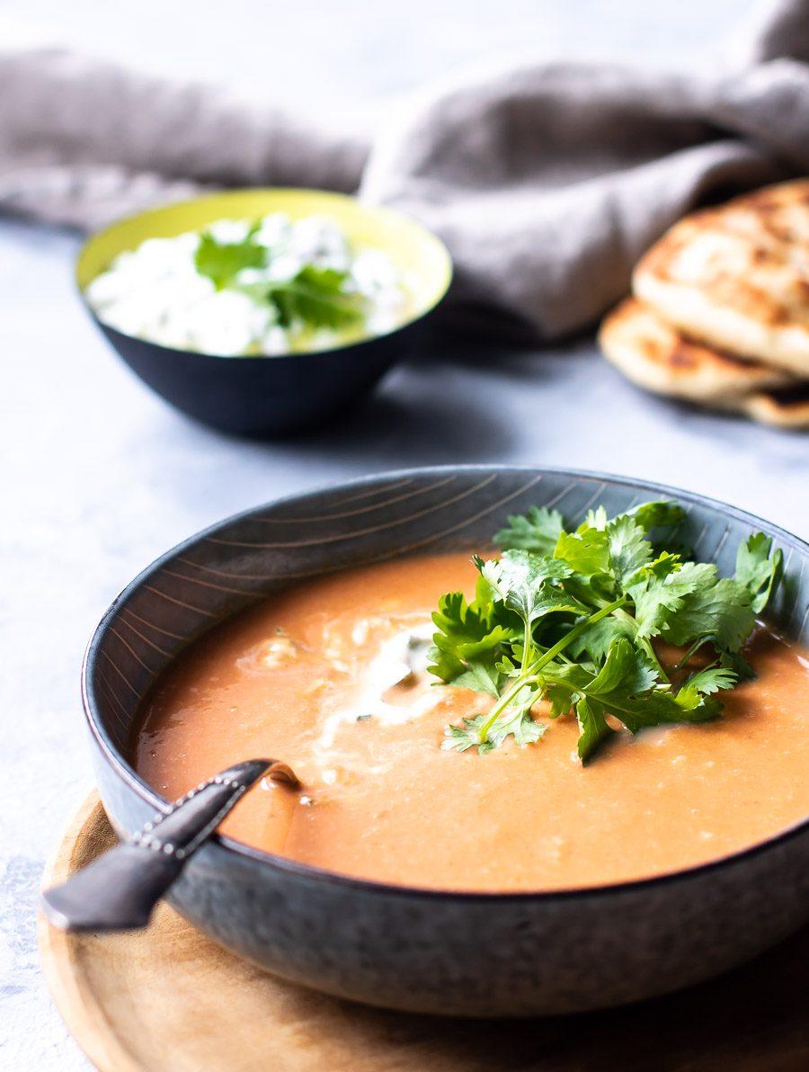 Indisk tomatsuppe med linser og raita