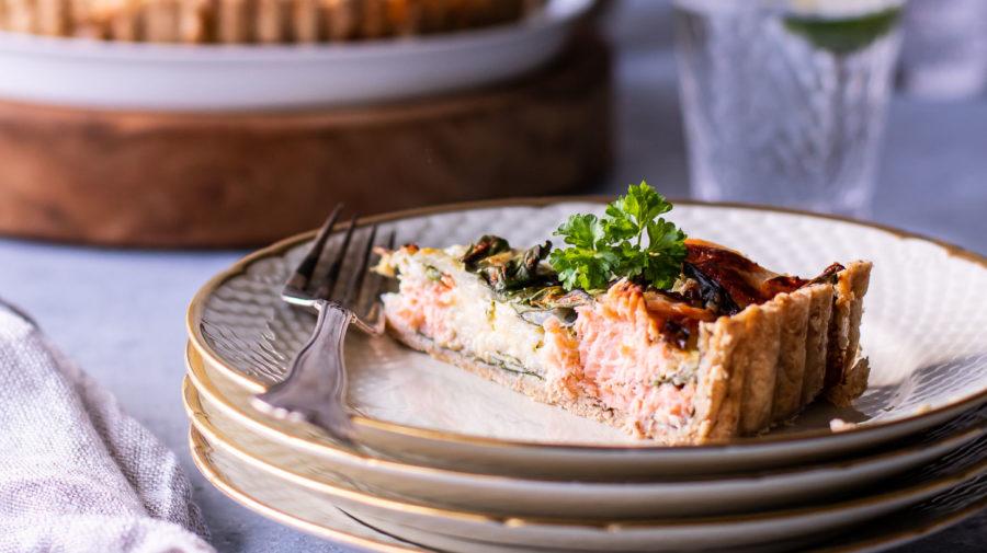 Laksetærte med hytteost og spinat