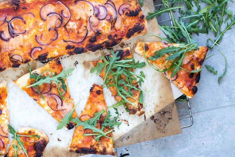 Pizza med røget laks og mozzarella