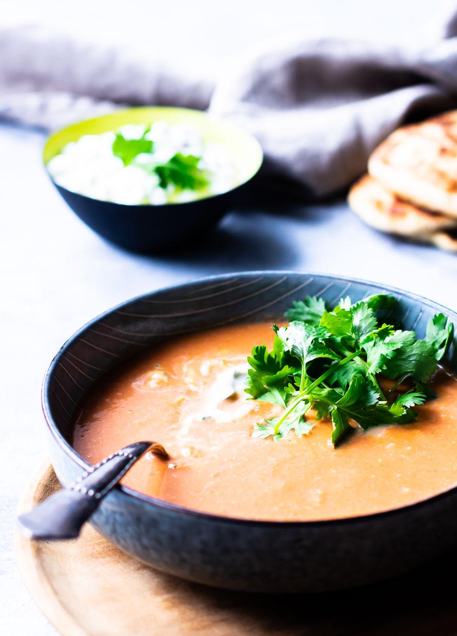 Skøn indisk tomatsuppe med linser og raita