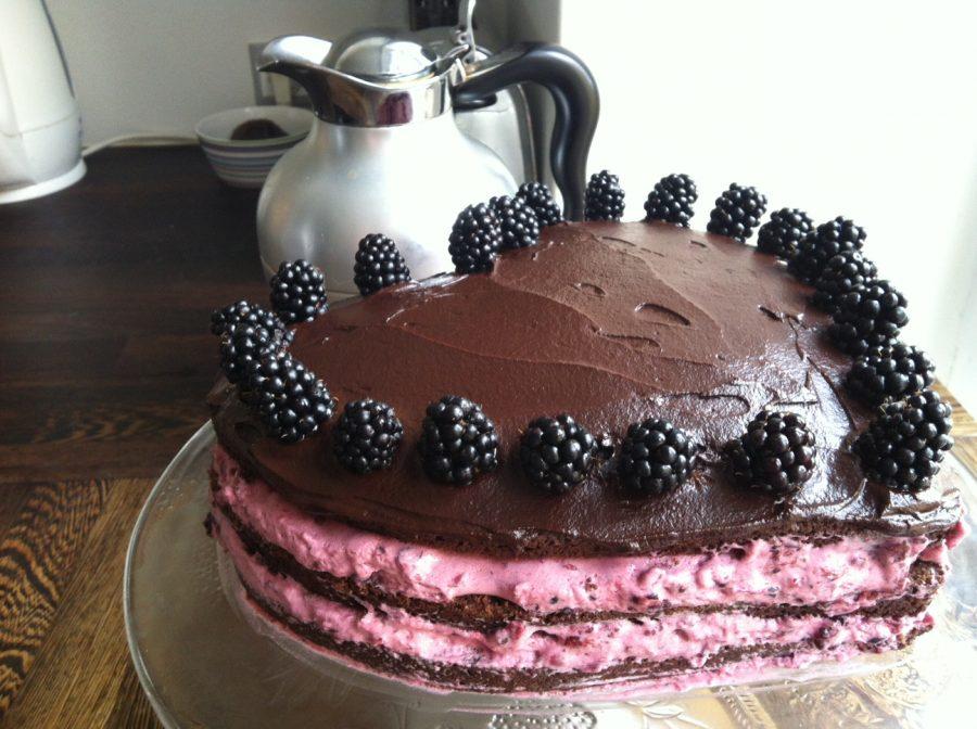 Chokolade-lagkage med brombærmousse