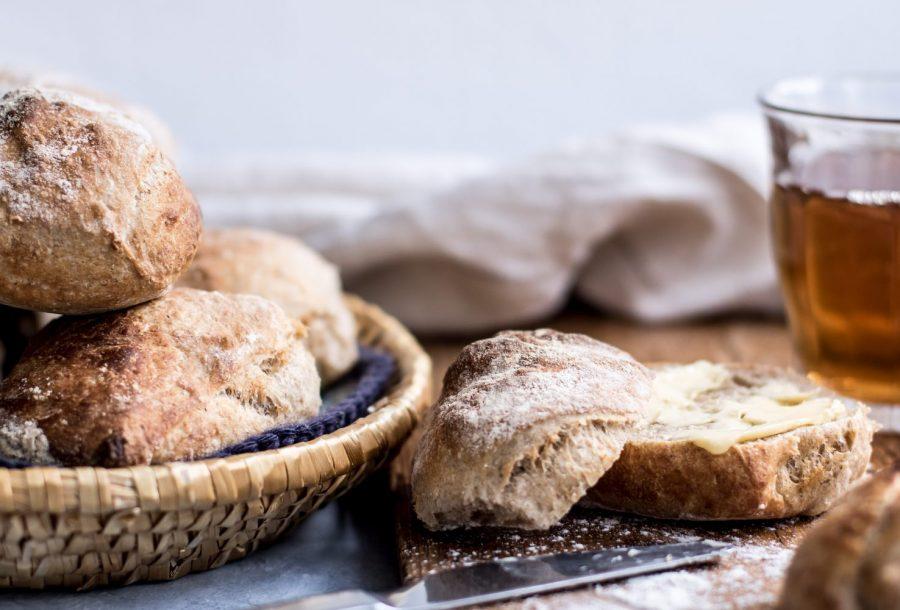 Surdejsboller med smag og sej krumme