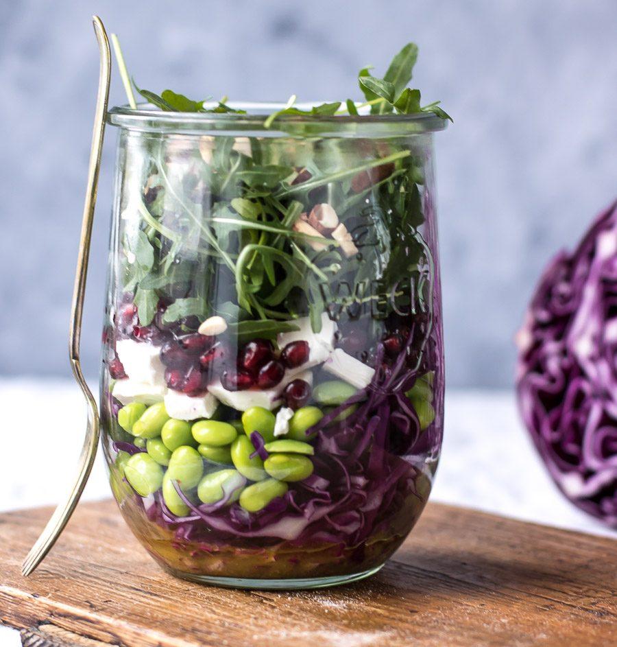 Salat i glas med rød spidskål og granatæble