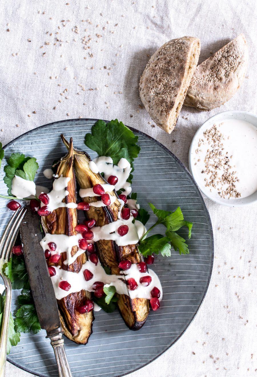 Ovnbagte auberginer med alle tiders bedste tahindressing
