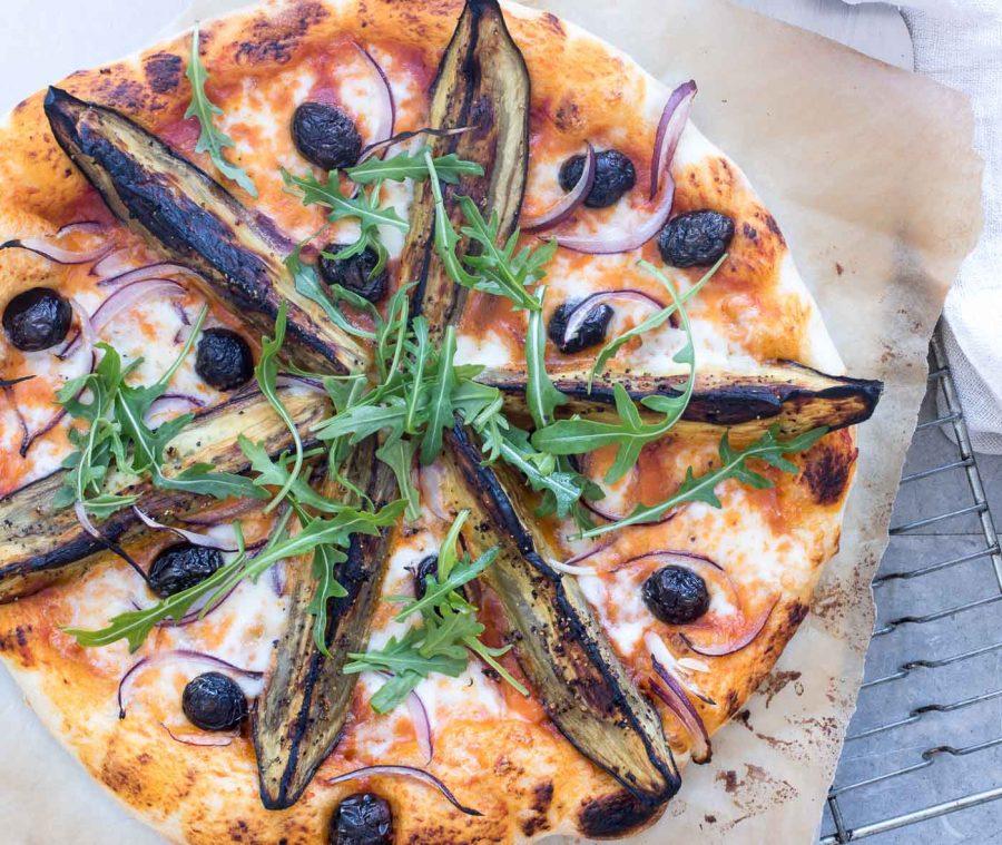 Pizza med aubergine og mozzarella