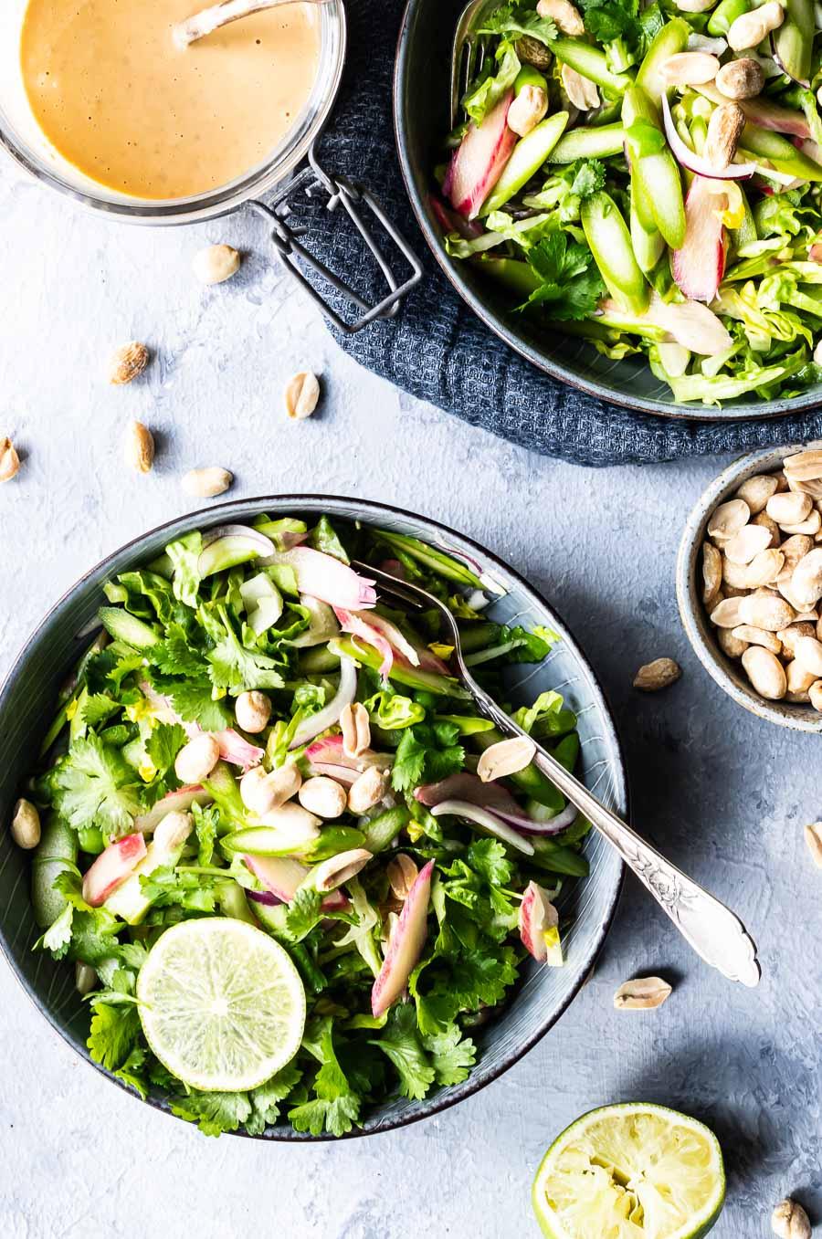Aspargessalat med rabarber og spicy peanutdressing