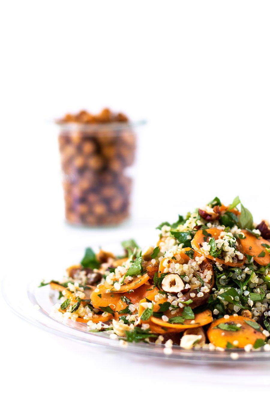 Nem quinoasalat med gulerod, abrikos og krydderurter