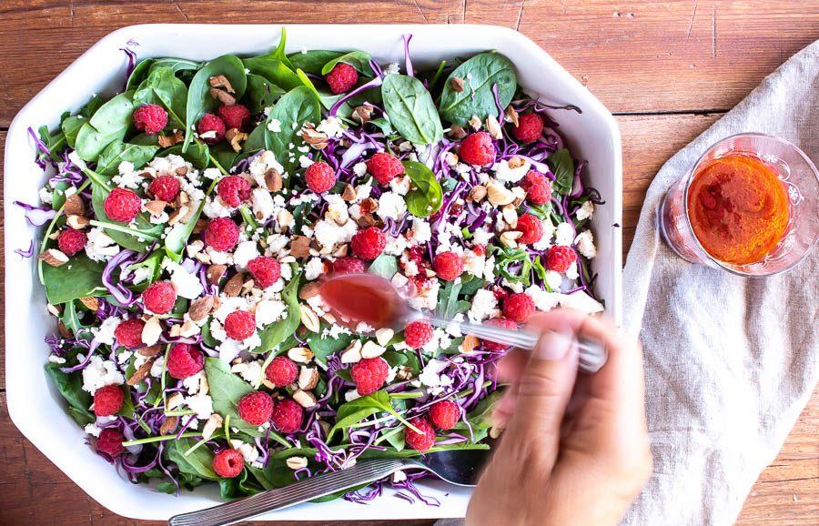 Spidskålssalat med hindbær - sommerens bedste salat