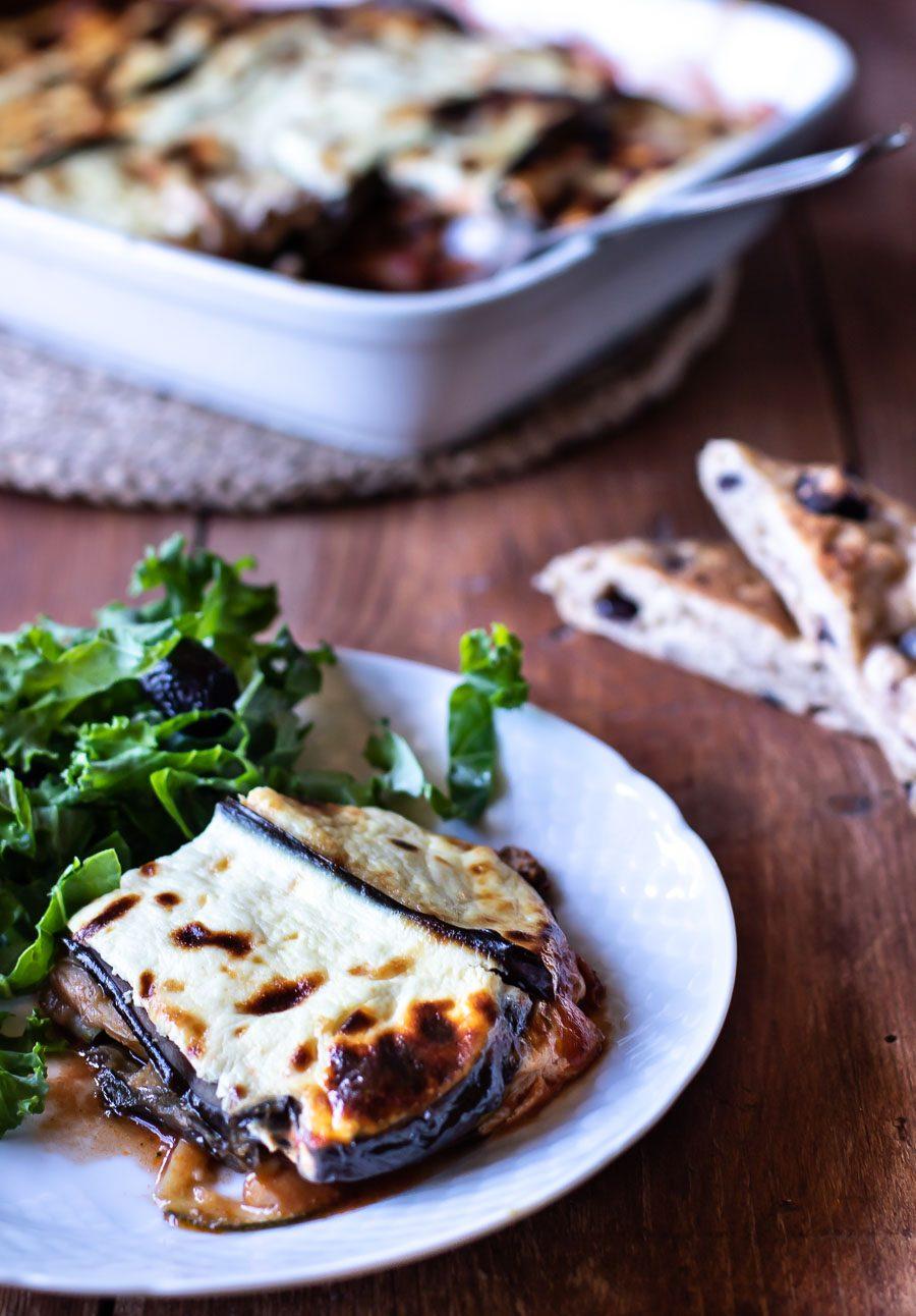 Vegetarisk moussaká med auberginer og græske fladbrød