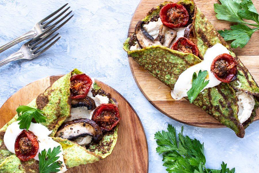 Spinatpandekager med hummus og svampe