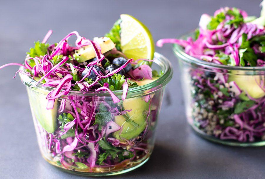 rød spidskålssalat med quinoa