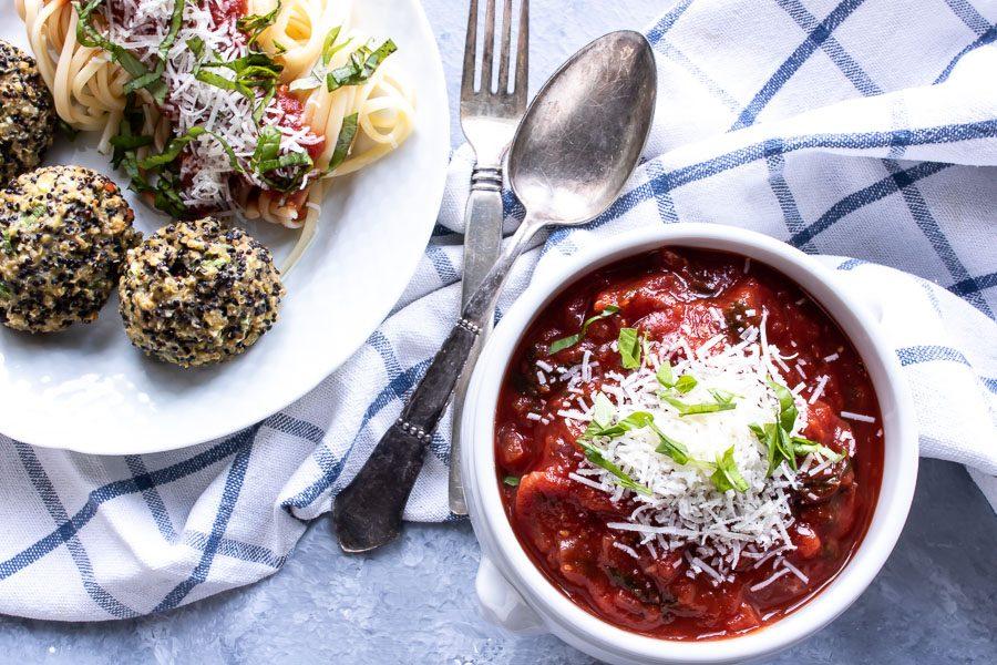 Quinoadeller med spaghetti og tomatsovs