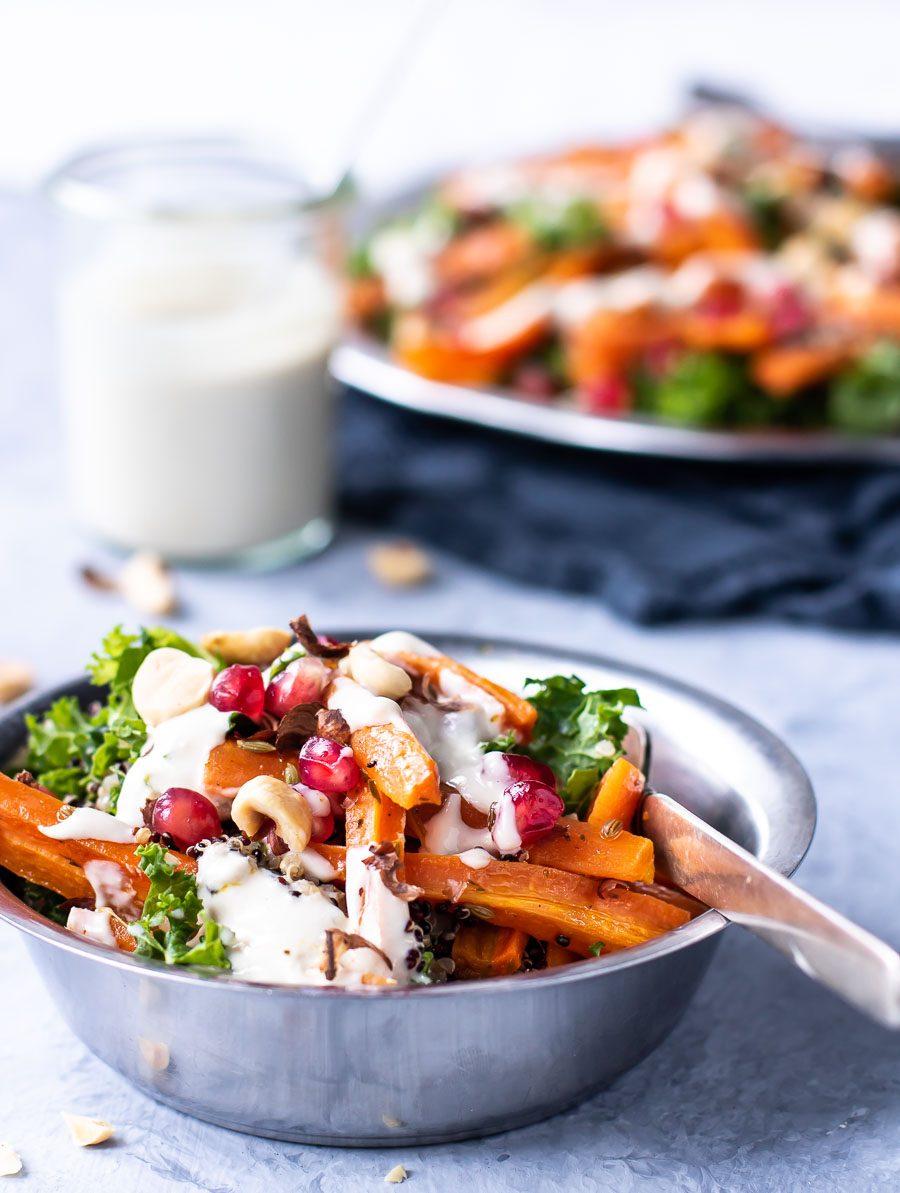 Grønkålssalat med bagte gulerødder, quinoa og tahin