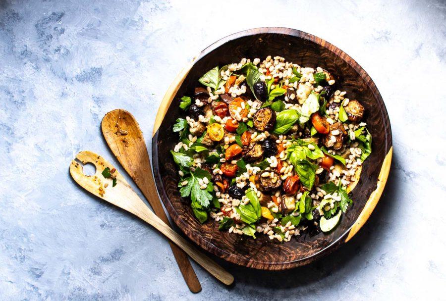 Bagt salat med aubergine, tomat og kerner