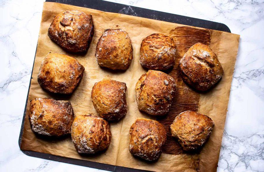Koldhævede grovboller med nødder - nøddeboller