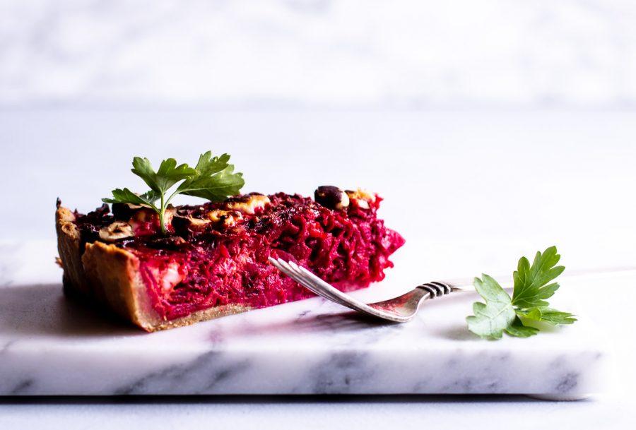 Rødbedetærte med feta, hytteost og grov tærtebund