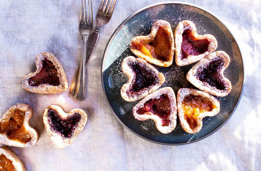 Frugttærte med abrikos, rabarber og hindbær
