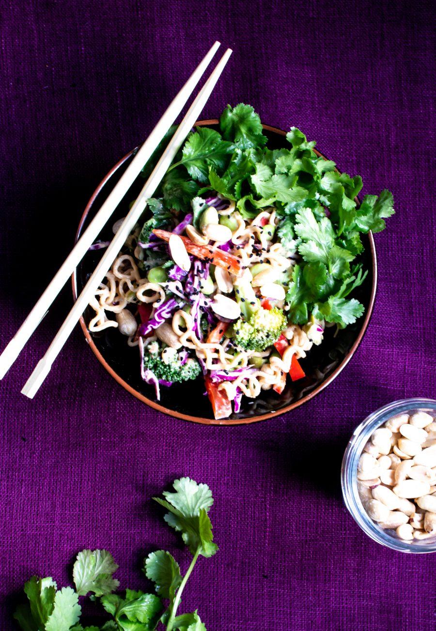Thaisalat med nudler, peanutsauce og grønsager
