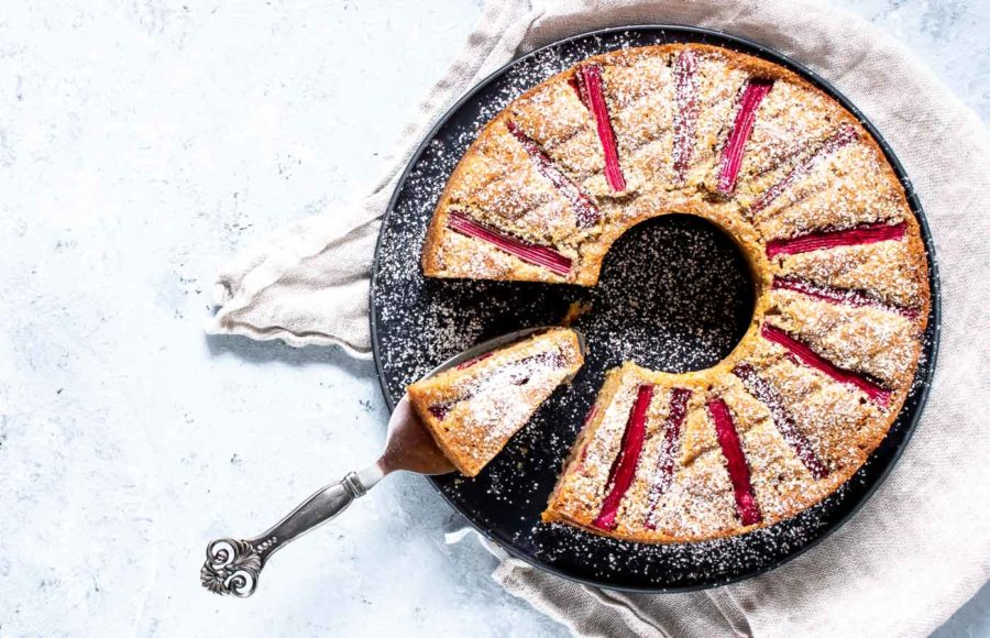 Rabarberkage med marcipan og hvid chokolade