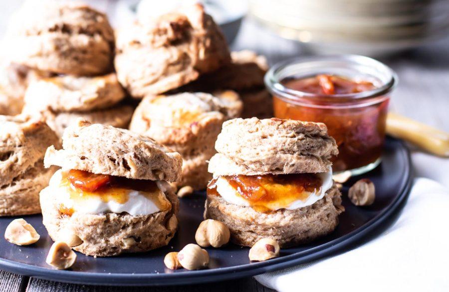 Grove scones med yoghurt, smør og nødder