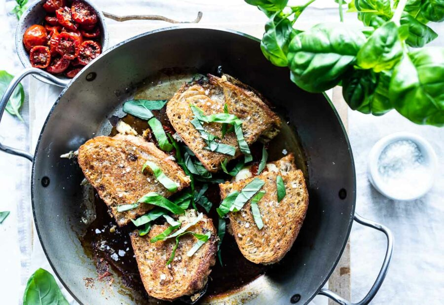 Vegetar toast med aubergine og semidried tomater